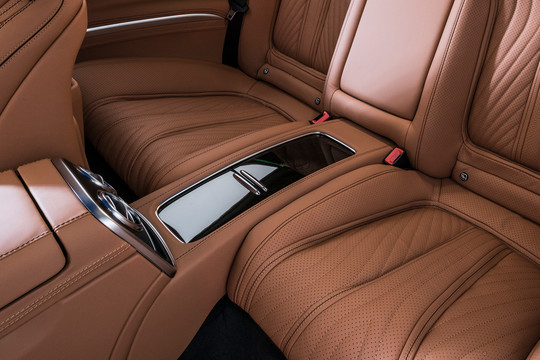 Leather center console between the rear seats